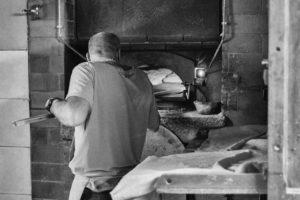 Pierre enfourne le pain dans notre four à gueulard