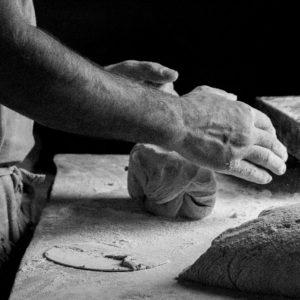 Pierre façonne les pains